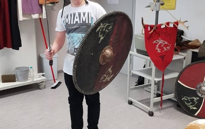 Schüler der SABEL Schule Saalfeld mit Schwert, Helm und Schild