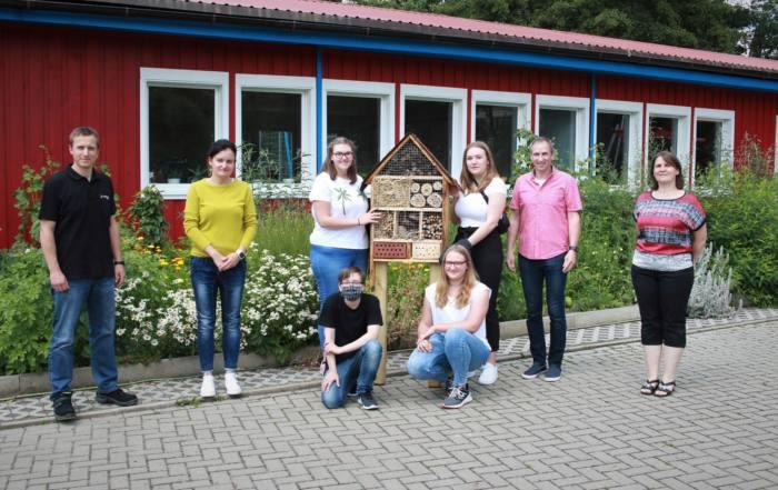 SchülerInnen der SABEL Schule Saalfeld überreichen ein selbst gebautes Insektenhotel
